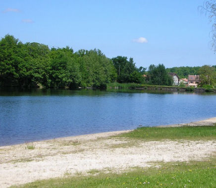 The beach at Lac du Saint Pardoux